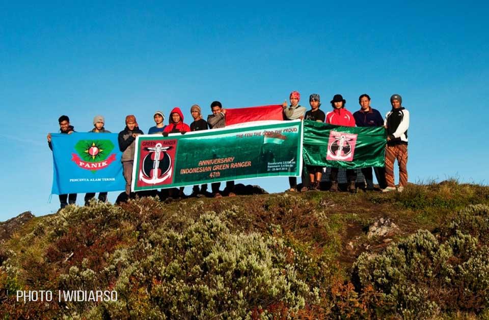 Foto bersama dengan teman-teman dari MAPALA PANIK dan pendaki Makassar