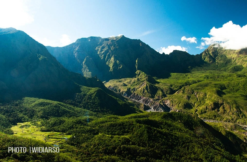 View dari Talung, tampak dinding Bawakaraeng & Lembah Ramma disebelah kiri bawah
