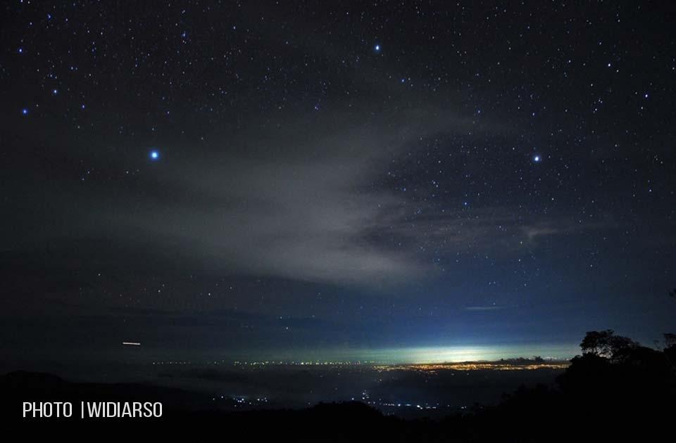 Panorama malam hari di Talung gunung Bawakaraeng, terlihat gemerlap lampu kota Gowa dan Makassar