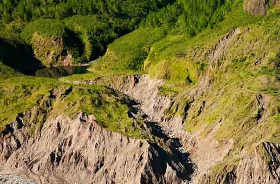 Air terjun (kanan atas), Danau (tengah kiri) dan bekas aliran longsoran (bawah)
